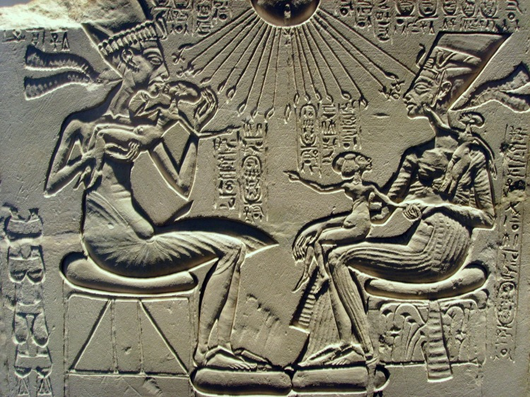 akhenaten_nefertiti_and_their_children
